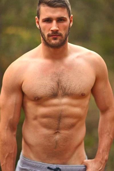 Luke Casey-jugador de rugby se desnuda en bosque.